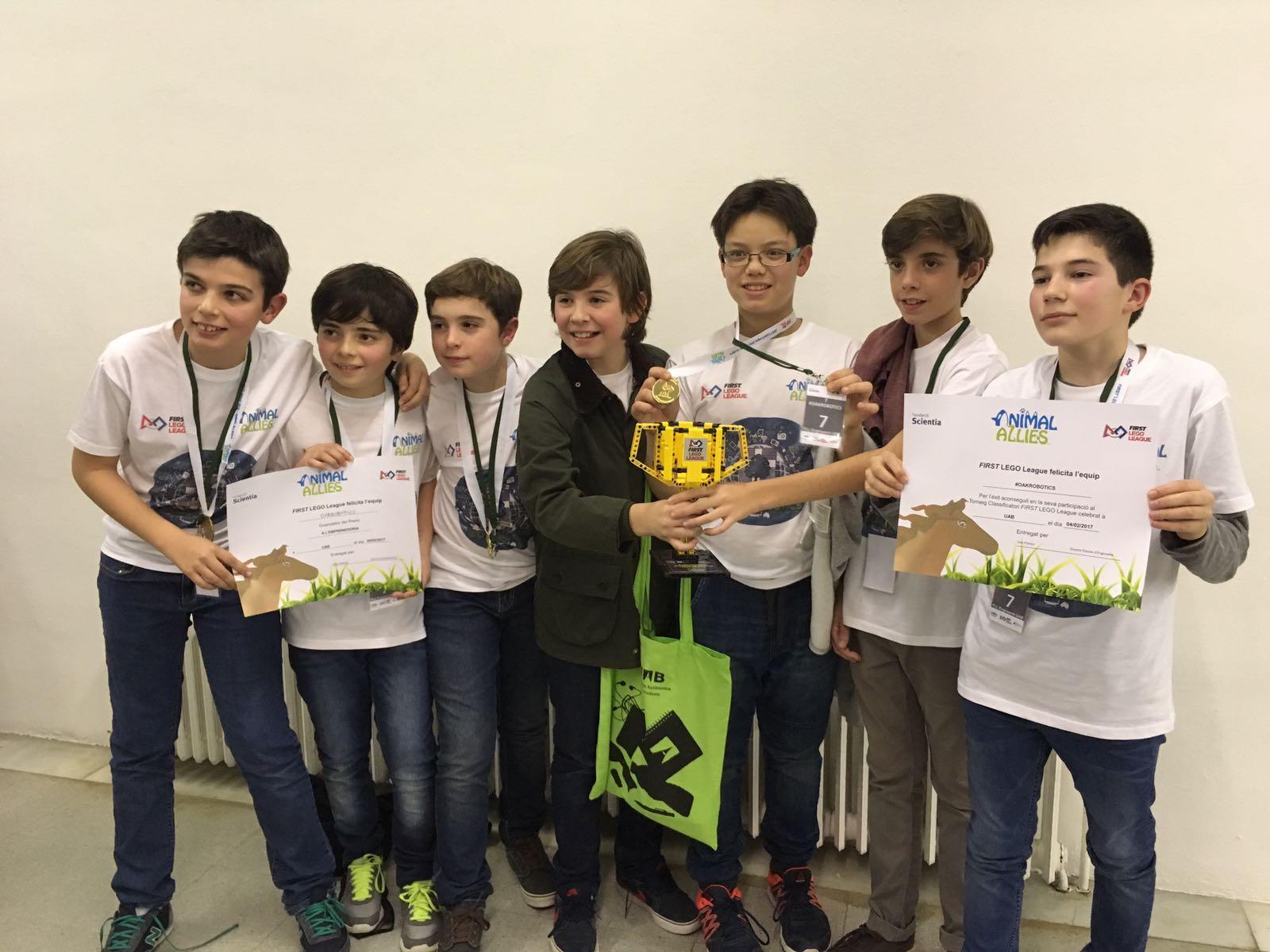 Diez estudiantes de 1º ESO son premiados por un dispensador de comida para mascotas automatizado
