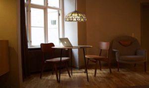 Dale un toque muy elegante a tu oficina con la lámpara Tiffany - Diario de Emprendedores