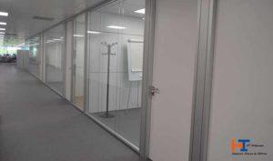 Ventajas de las mamparas de oficina para separar espacios - Diario de Emprendedores